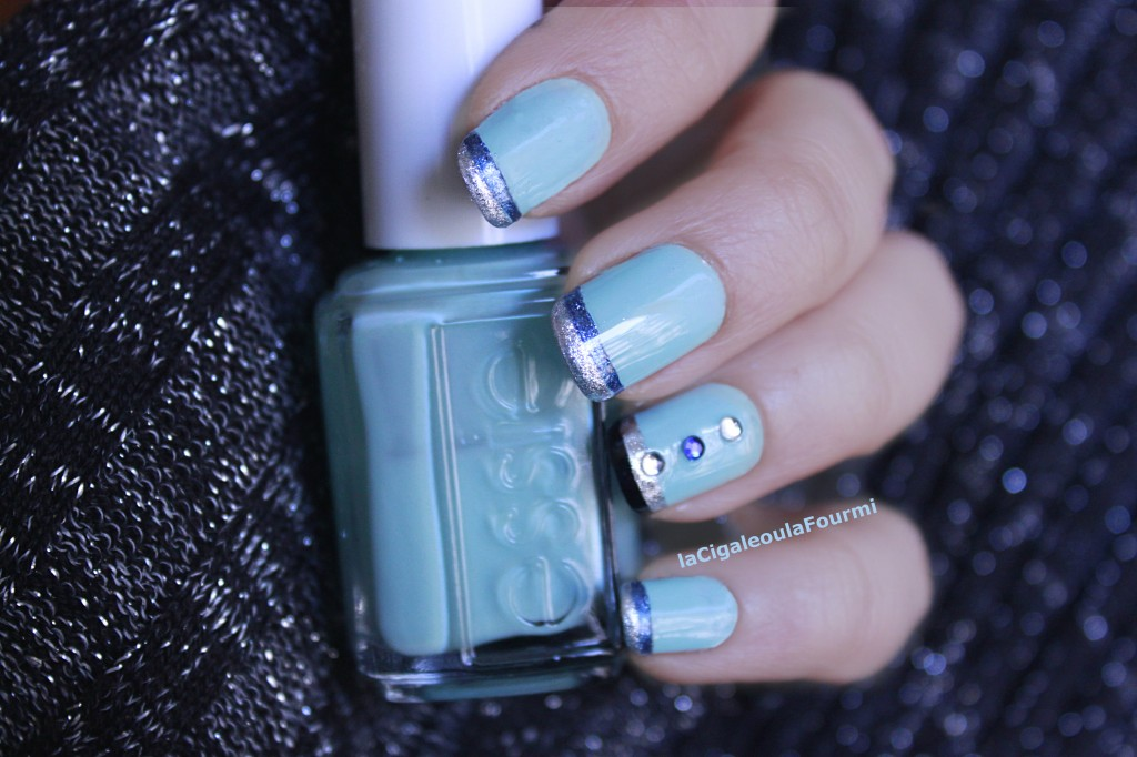 french manucure, idée nail art, nail art, bleu, turquoise, essie, strass